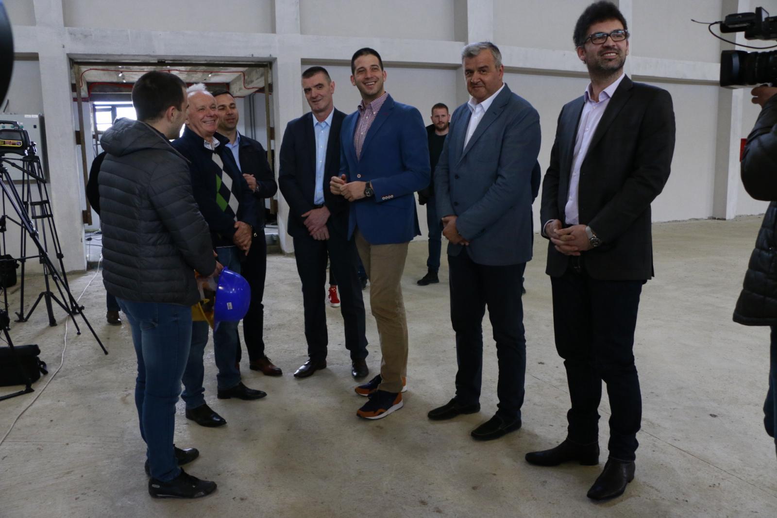 Министар Удовичић обишао завршне радове на спортској хали у Мионици